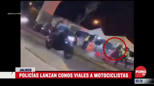 policias lanzan conos viales a motociclistas en jalisco