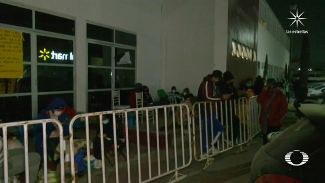 Por segundo día, adultos mayores en Ecatepec duermen afuera de unidades de vacunación
