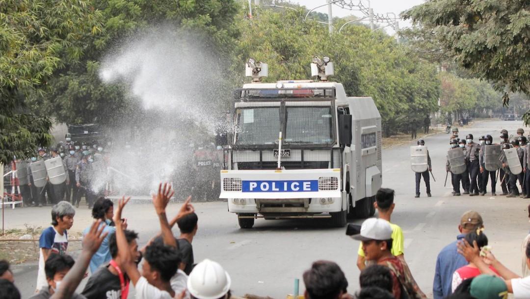 Policía dispersa a opositores al golpe militar en Myanmar (Reuters)