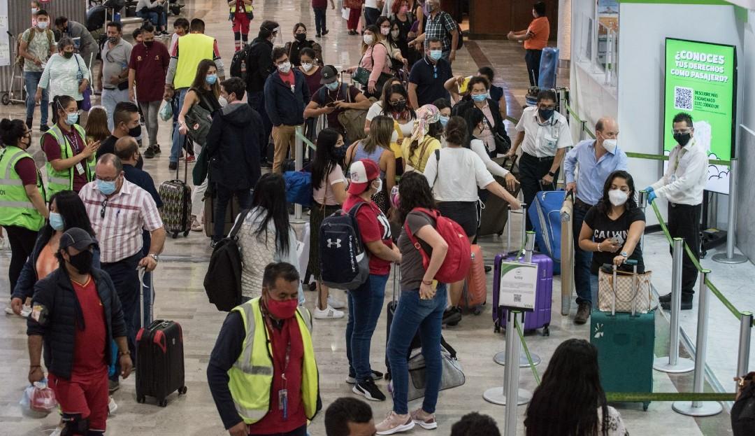 Pese a la amenaza de una tercera ola COVID, turistas abarrotan el AICM por vacaciones de Semana Santa