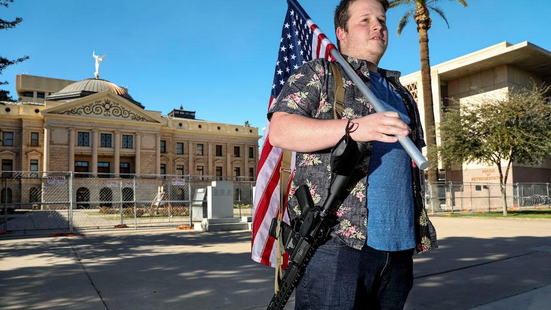 Un estadounidense sostiene una arma de asalto (Getty Images)