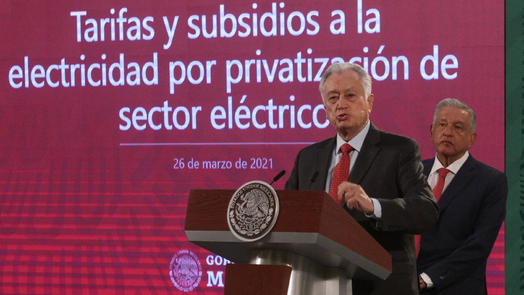 Andrés Manuel López Obrador, presidente de México, Manuel Bartlett Díaz, director general de la Comisión Federal de Electricidad, durante la conferencia de prensa de esta mañana