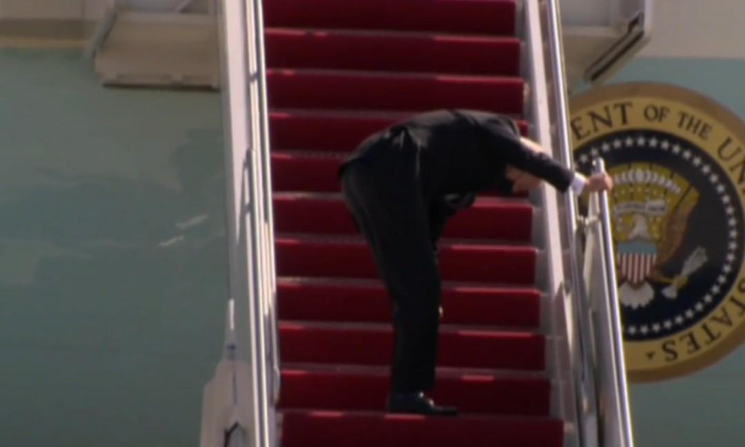 Joe Biden tropezó mientras subía escaleras del Air Force One
