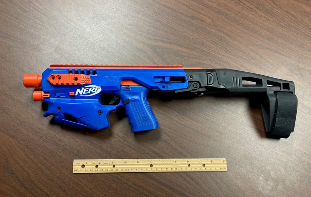 Confiscan arma modificada para parecer pistola de juguete