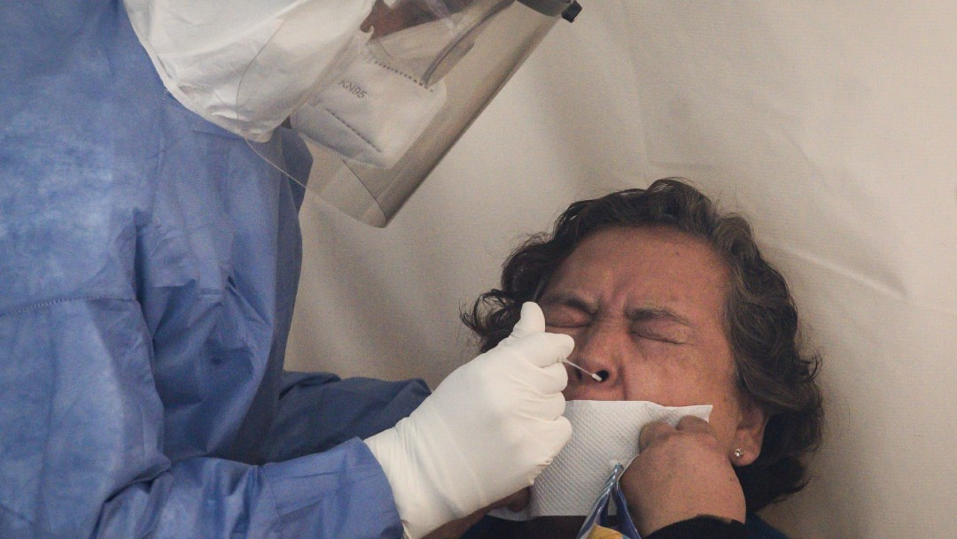 Una mujer se realiza la prueba PCR para la detección de COVID-19