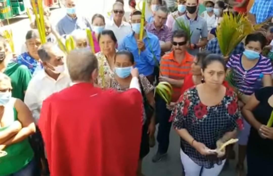 Sacerdote quita cubrebocas a mujer en Honduras