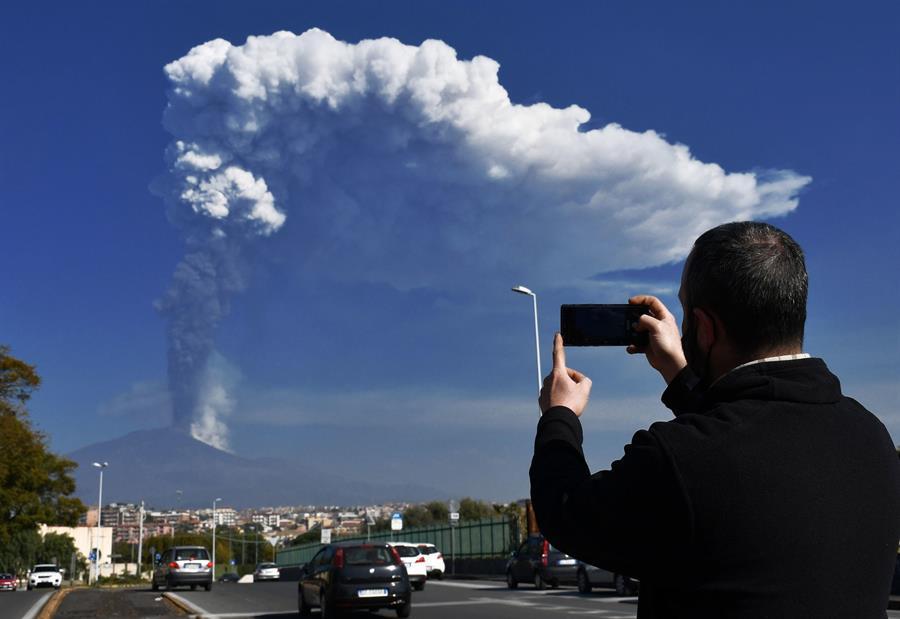 Nueva-erupción-del-Etna-cubre-de-ceniza-varias-ciudades