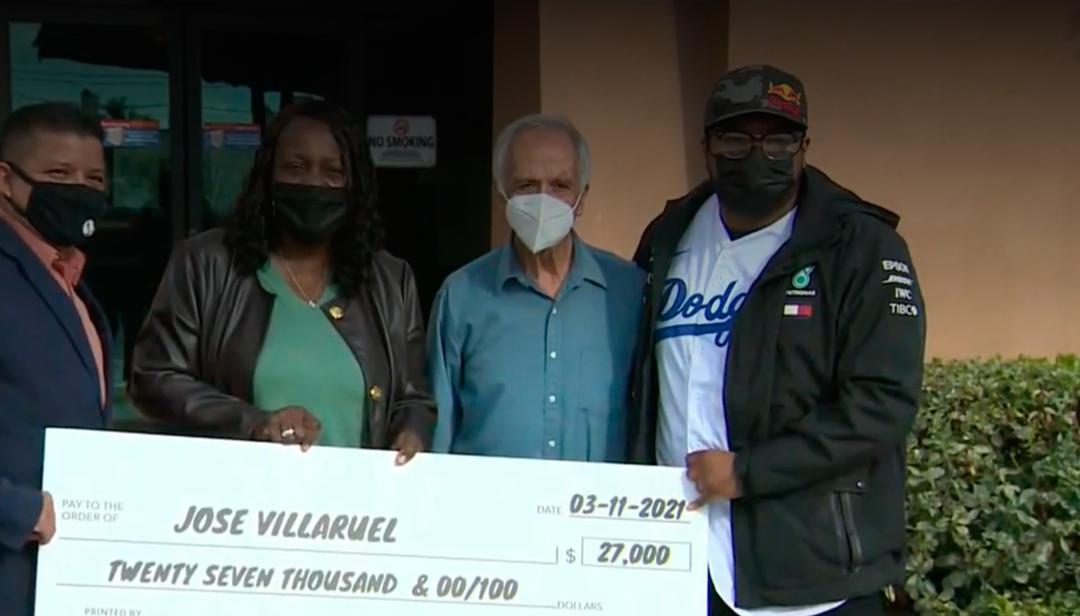 El maestro José Villarruel perdió su trabajo y vive en un carro por lo que recibió la ayuda de su exalumno