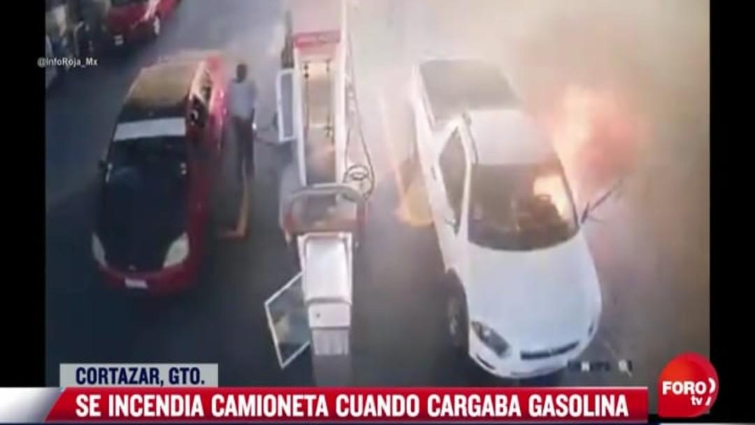 Hombre provoca incendio de camioneta tras usar celular en gasolinería