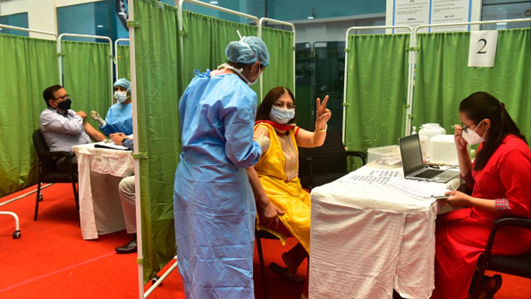 India vacunará contra COVID-19 las 24 horas del día para acelerar inmunización