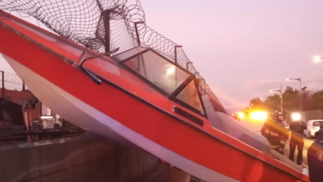 Lancha incrustada en malla ciclónica del Metro de la CDMX (Twitter: @Bomberos_CDMX)