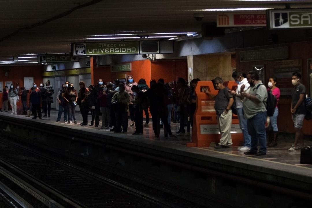 Hombre-con-debilidad-visual-cae-a-vías-del-Metro