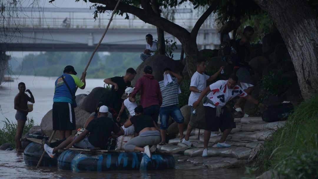 """Migrantes evitan puente y cruzan por balsas en Chiapas para """"ahorrar tiempo"""""""