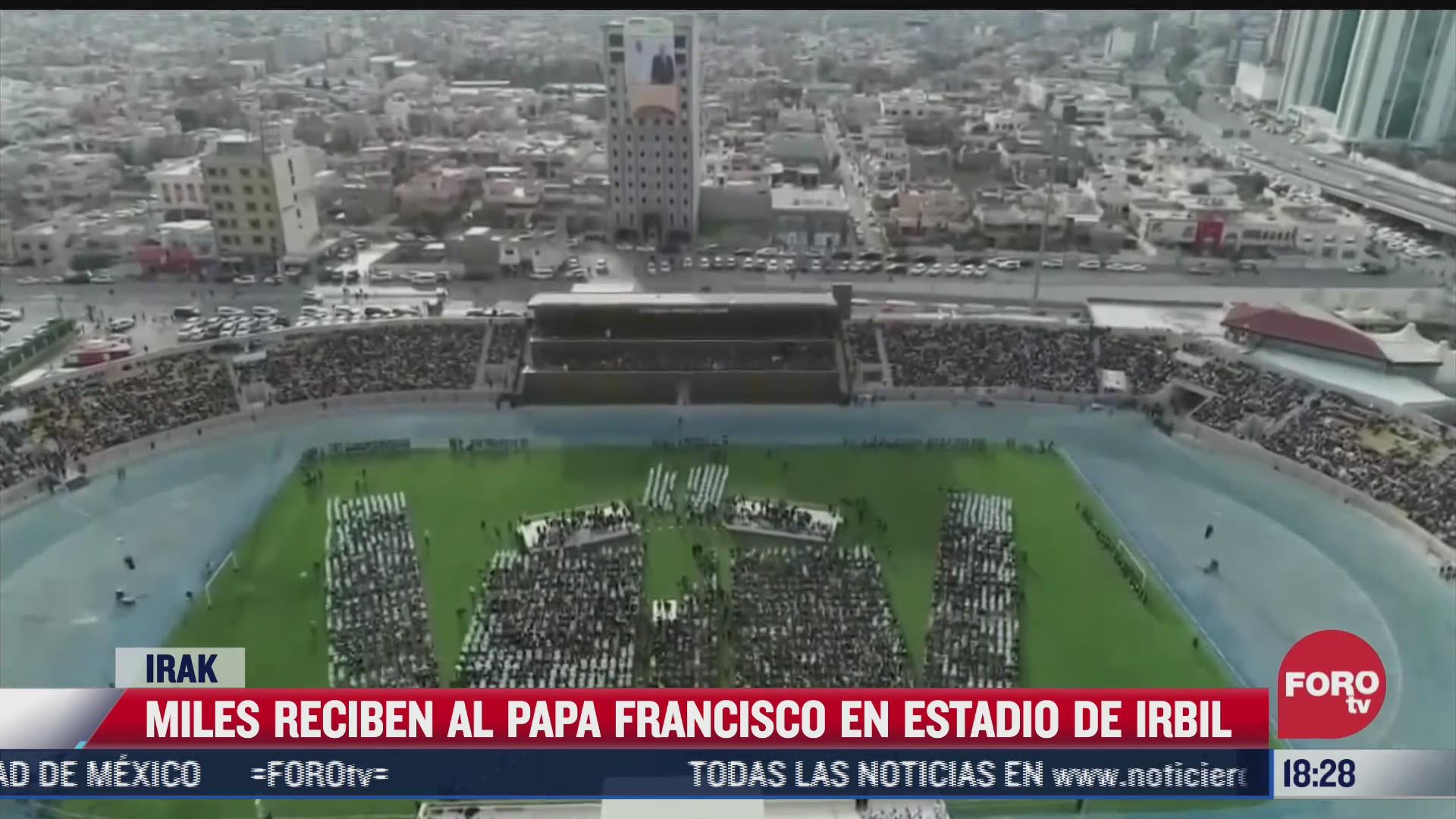 miles reciben al papa francisco en estadio de erbil en irak