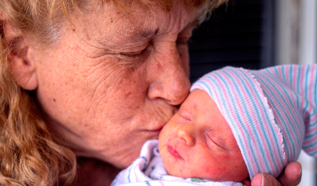 Mujer de 57 años da a luz a bebé y consigue récord en New Hampshire