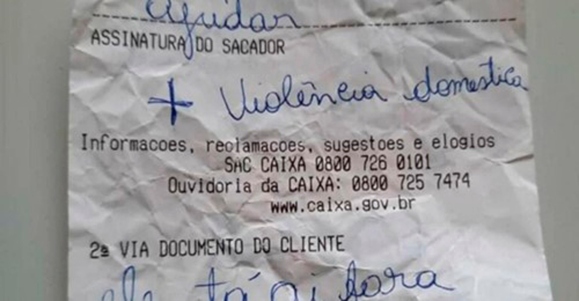Mujer víctima de violencia doméstica pide ayuda con un ticket en un banco de Brasil
