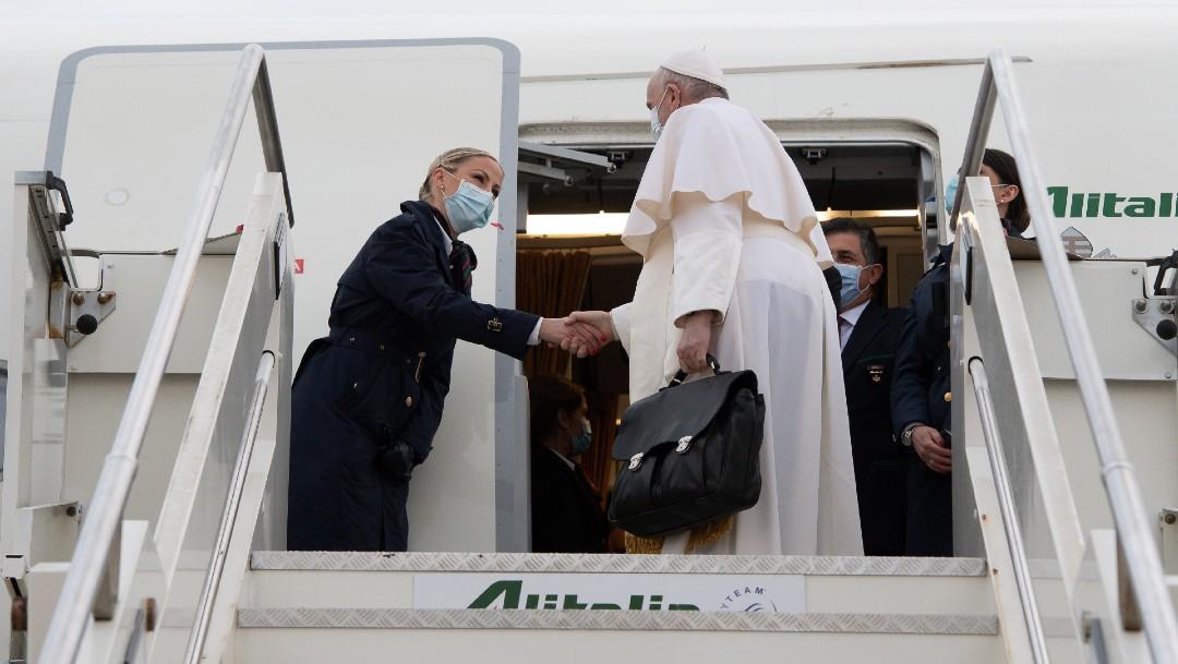 Papa Francisco saluda a palestinos mientras vuela hacia Irak