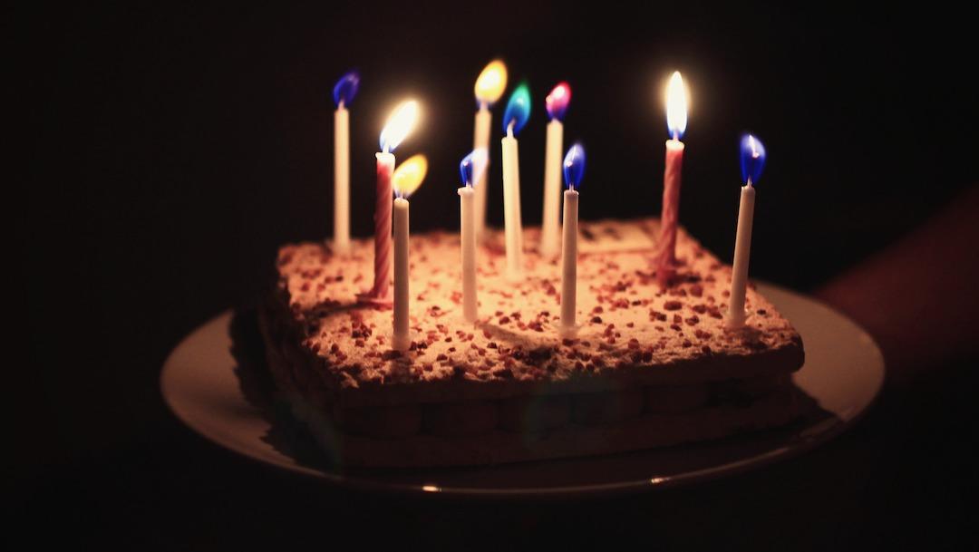 Empujan a niño a su pastel de cumpleaños y se hace el muerto