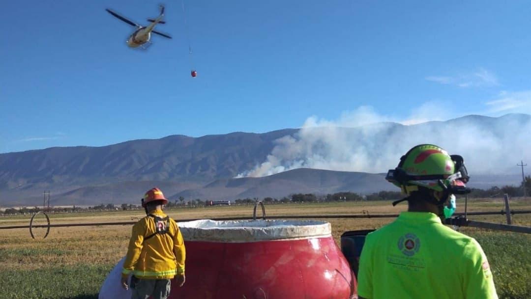 Por aire y tierras combaten incendios forestales en Galeana, Nuevo León