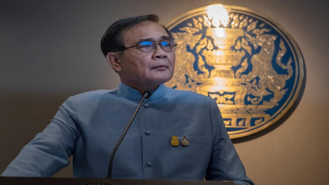 Primer ministro de Tailandia rocía gel hidroalcohólico a periodistas