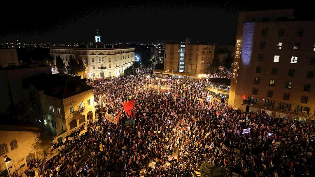 Israelíes se reunieron frente a la residencia del primer ministro Benjamin Netanyahu para exigir su renuncia (EFE)