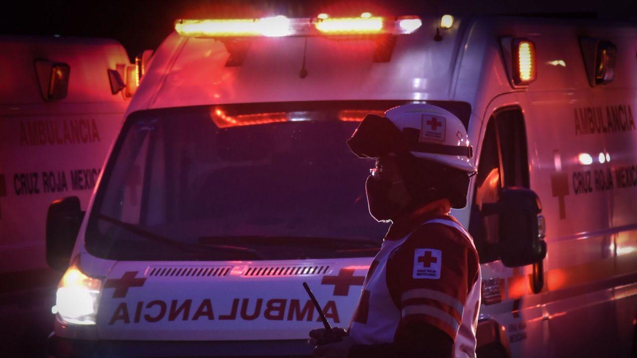 Paramédicos de la Cruz Roja llegan al lugar donde se registró la emergencia.