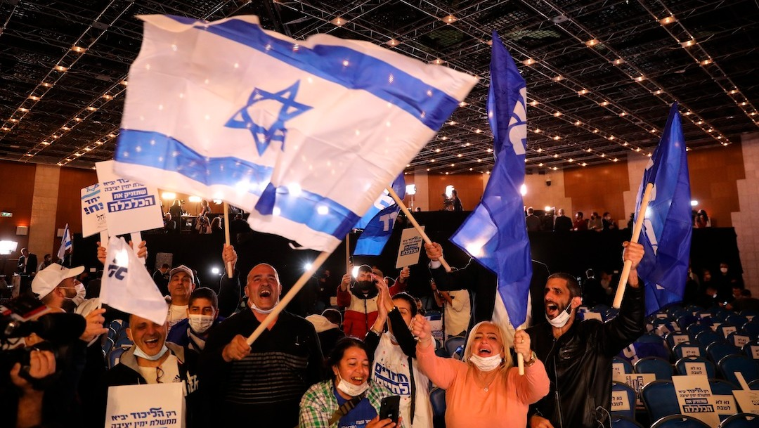 Simpatizantes de Netanyahu reaccionan con algarabía tras proyecciones de elecciones (EFE)