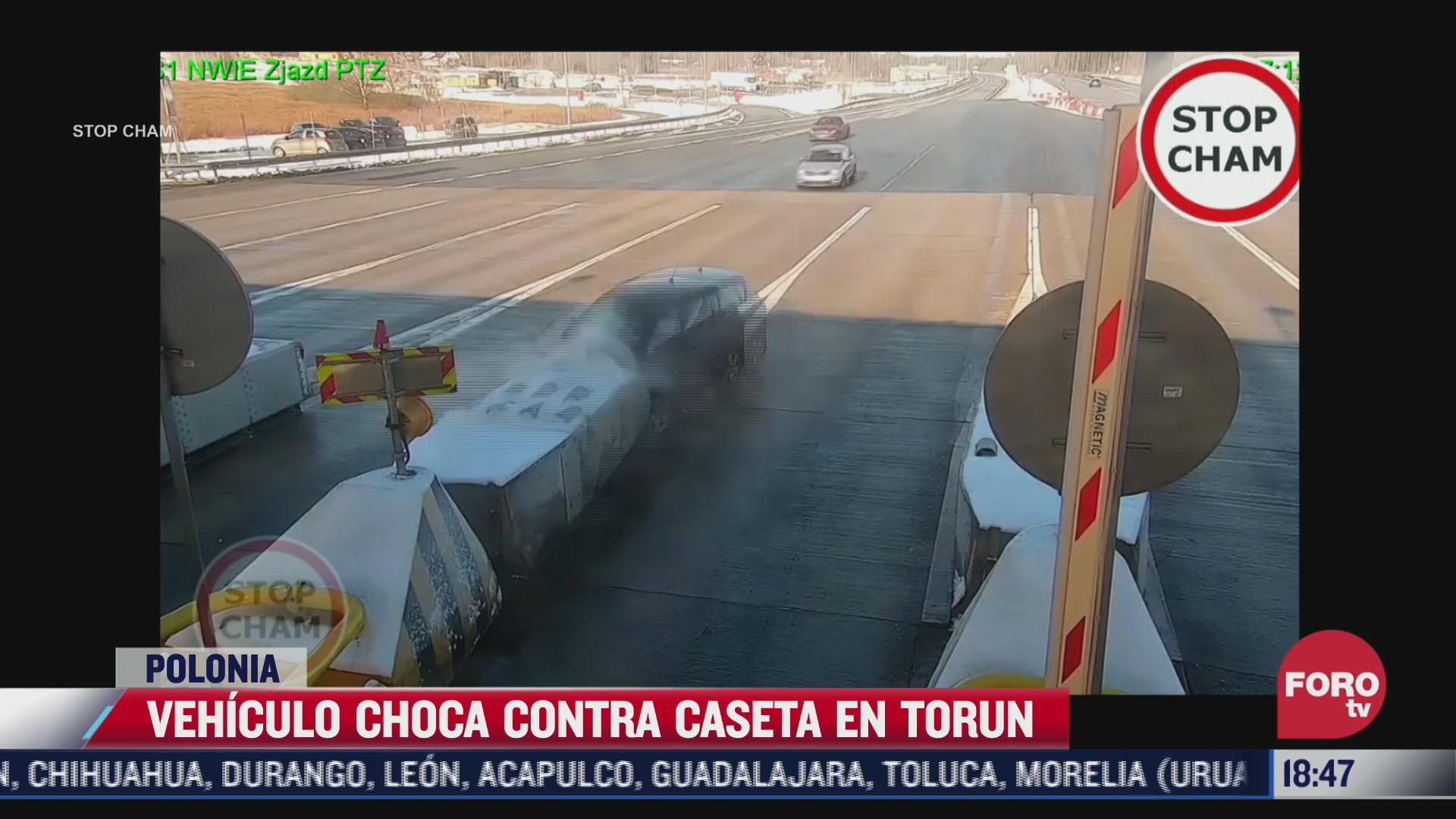 vehiculo choca contra caseta de cobro en polonia