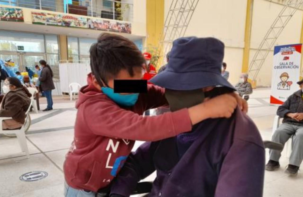 Niño de 10 años llevó a su abuelo a recibir la vacuna