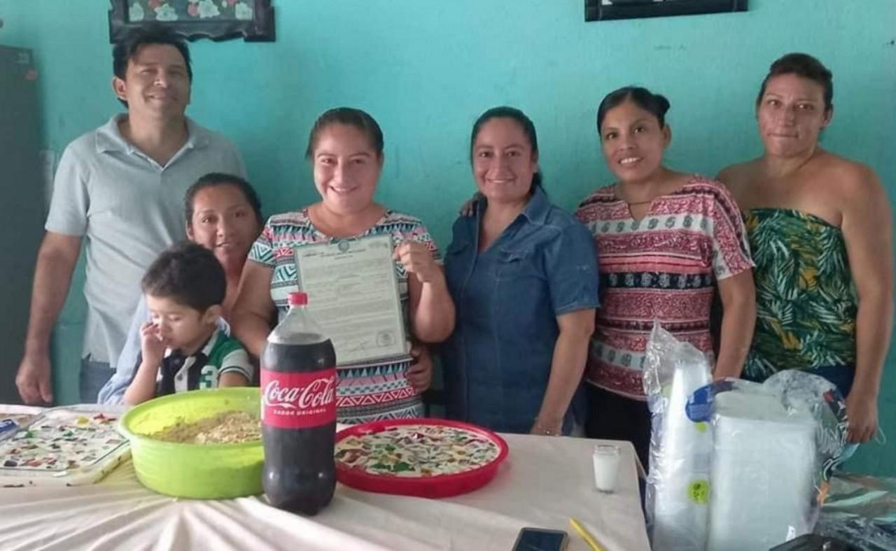 Mujer hace fiesta para celebrar su divorcio