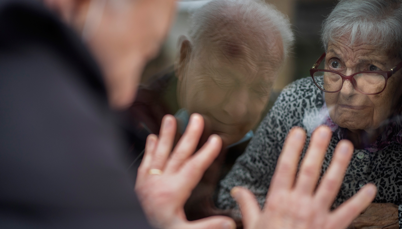 Abuelito visita asilo en Barcelona para ver a su esposa por una ventana, ella tiene Alzheimer