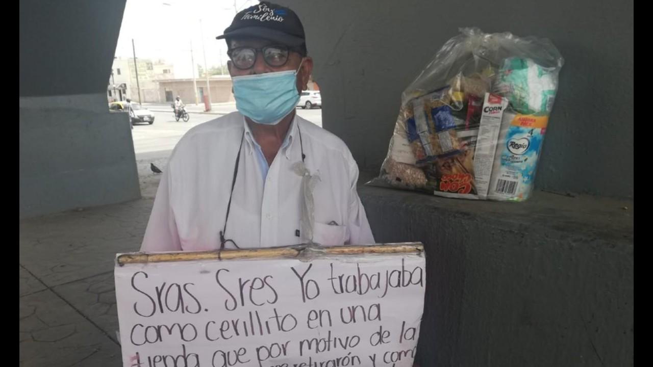 Adulto mayor empacador perdió su empleo como empacador, pide dinero en las calles de Torreón