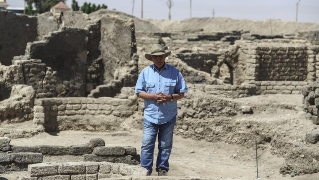 El arquéologo Zahi Hawass conversa con los reporteros en una ciudad perdida descubierta recientemenete en provincia de Luxor, Egipto (AP)