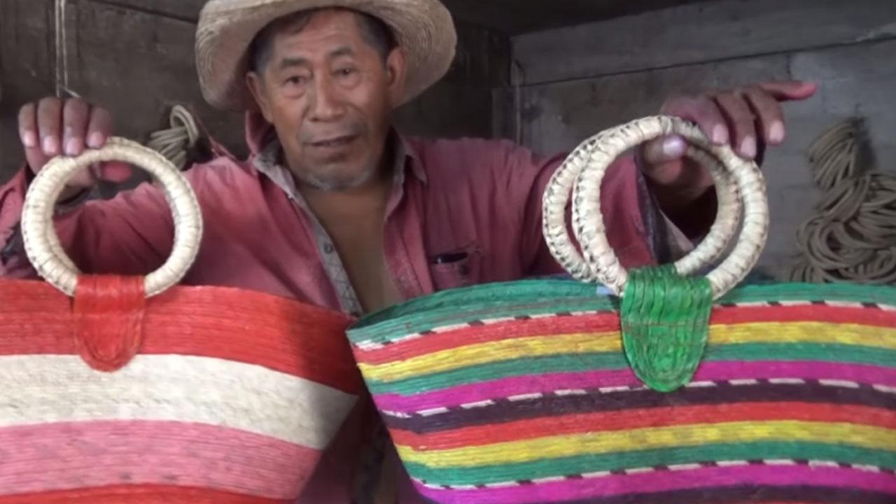 Artesano Guerrero suplica para que le compren sus bolsas