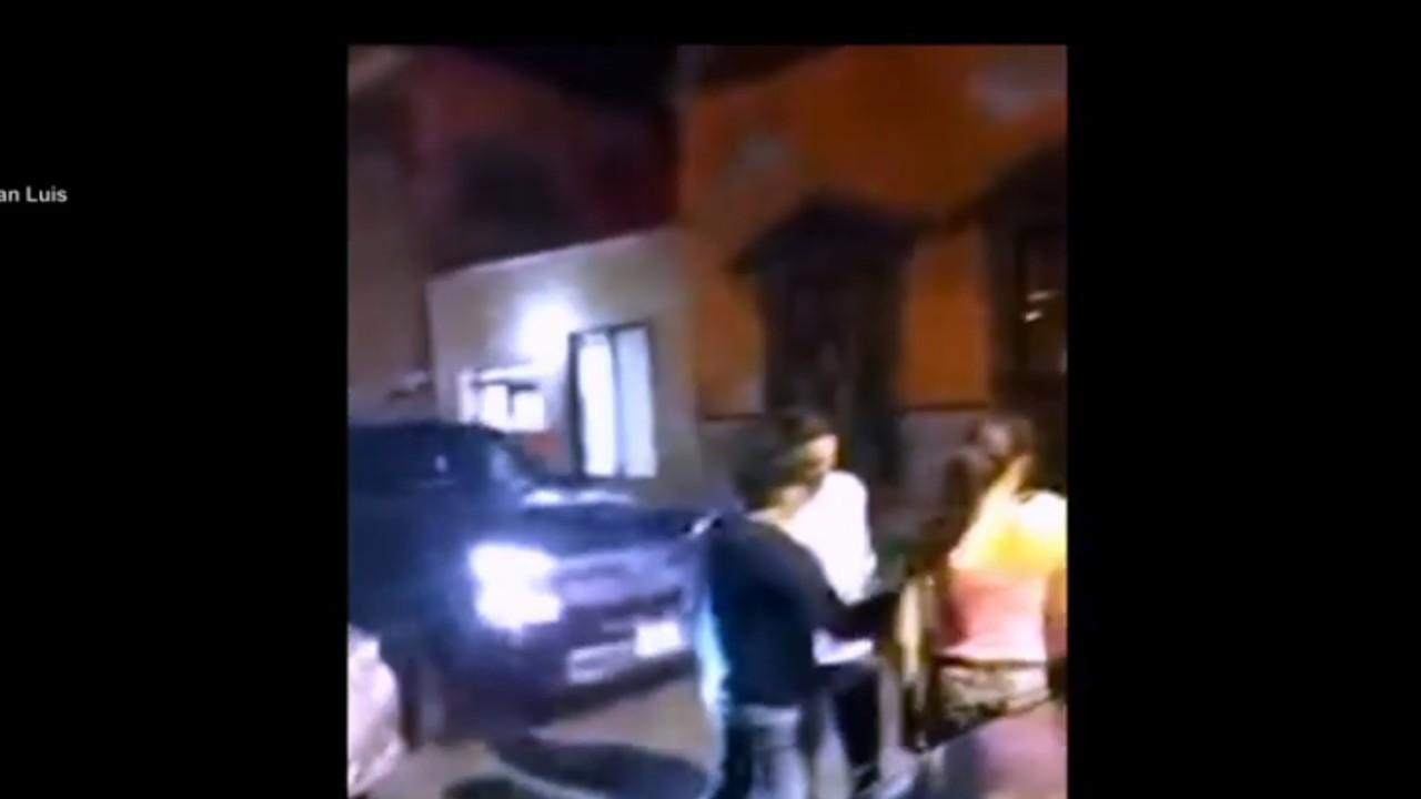 Camioneta arrolla a jóvenes afuera de un bar en San Luis Potosí