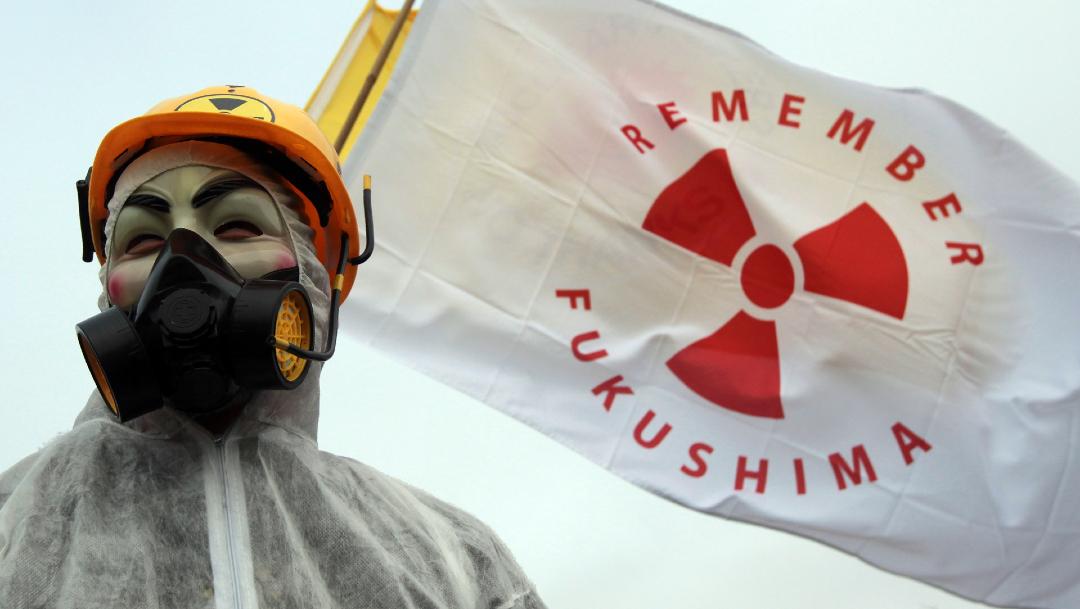 China reta a ministro japonés a tomar agua contaminada de Fukushima