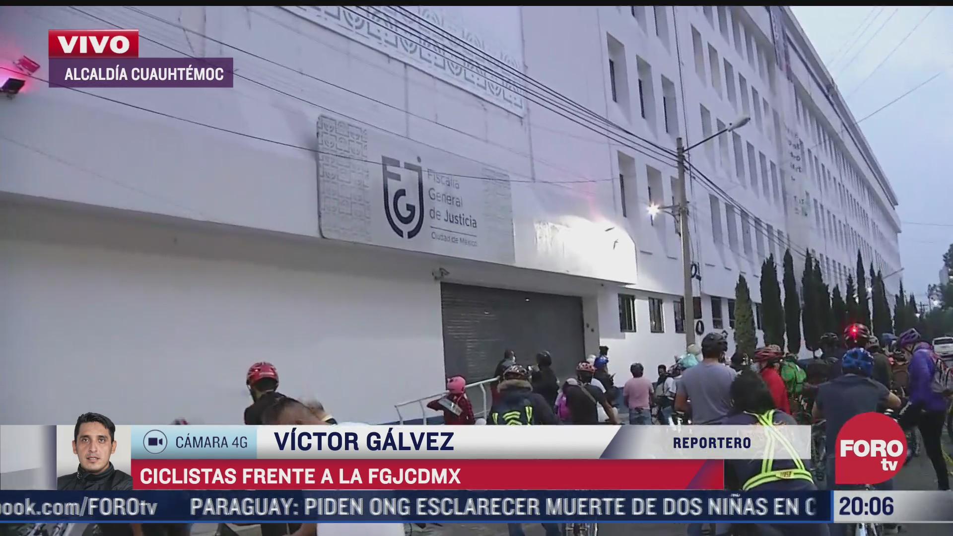 ciclistas protestan afuera de la fiscalia de la cdmx