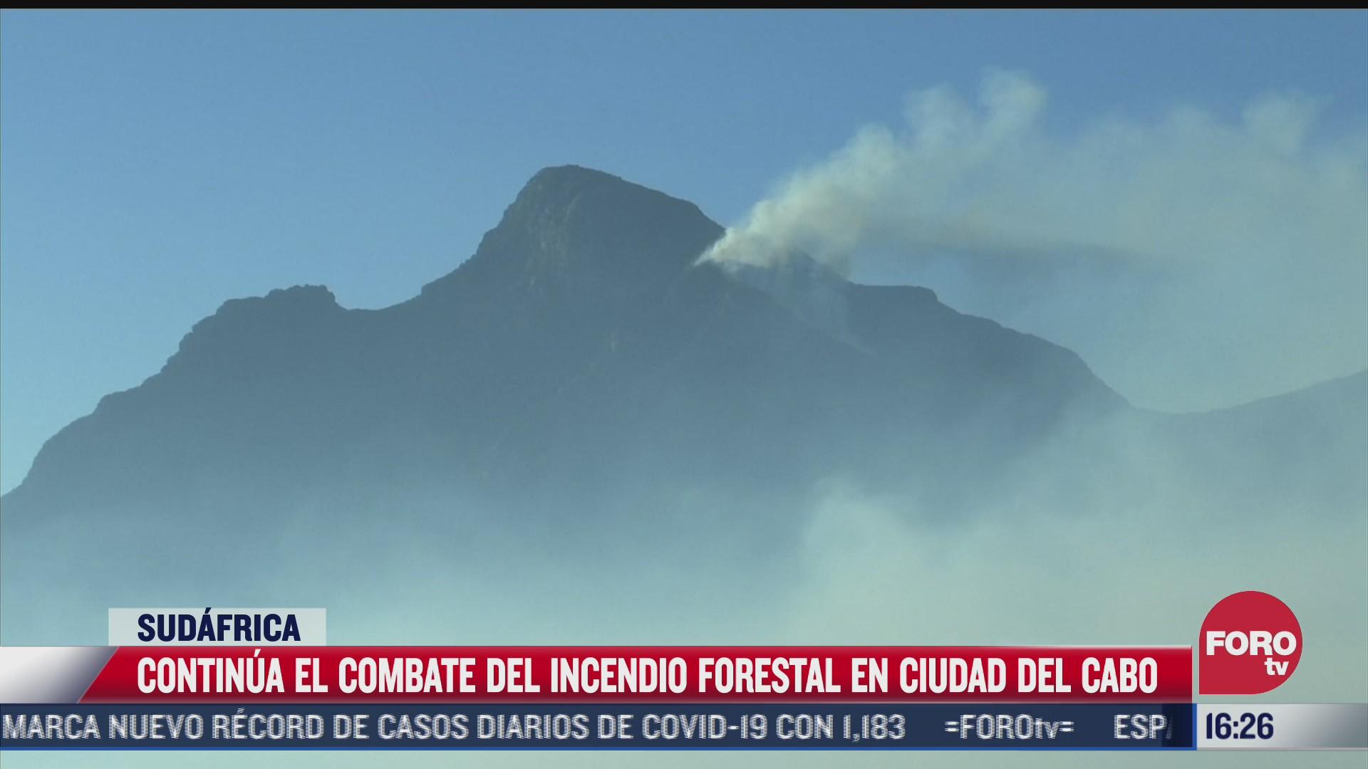 combaten incendio forestal en ciudad del cabo sudafrica