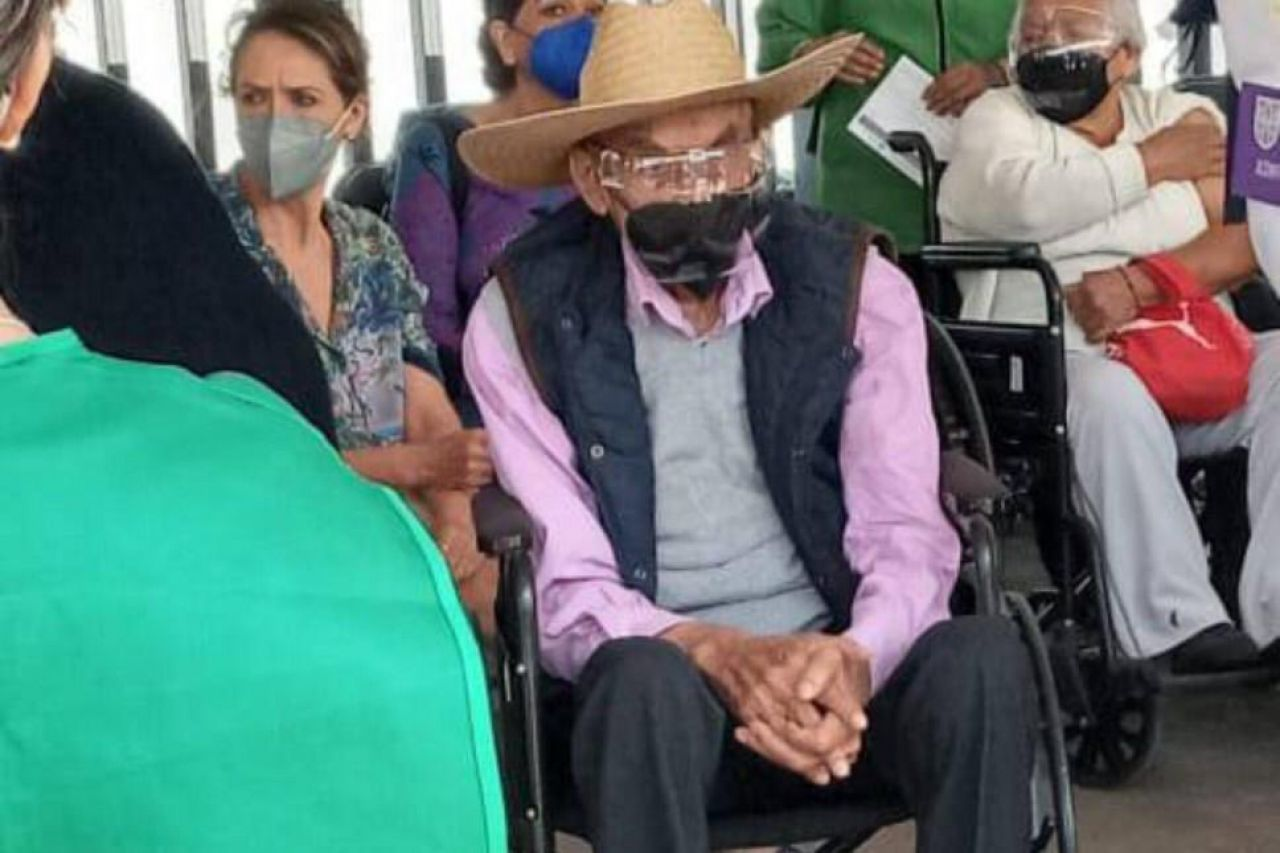 Expresidente Luis Echeverría recibe vacuna en CU
