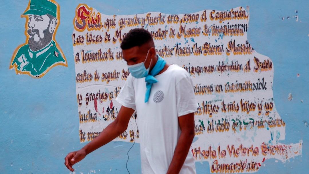 Habitantes de Cuba usan cubrebocas como medida ante el COVID-19 (EFE)