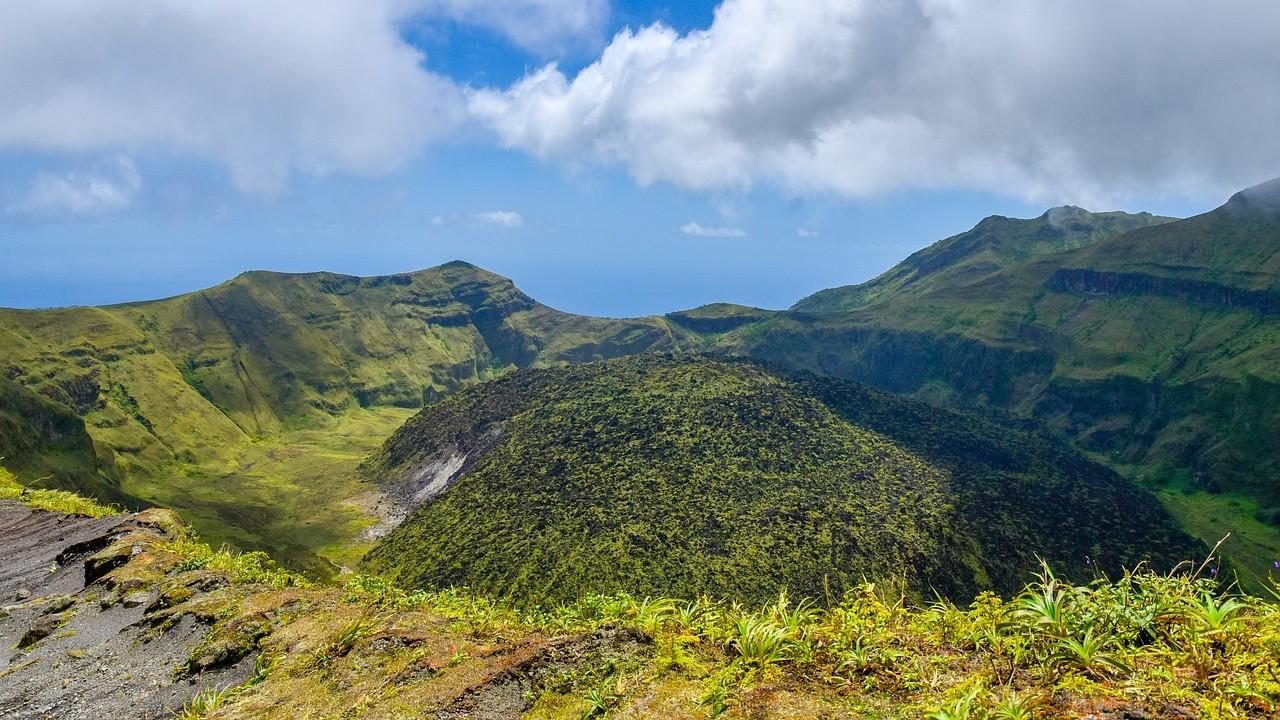 Deslizamientos de tierra provocan graves daños en viviendas cercanas al volcán La Soufriere