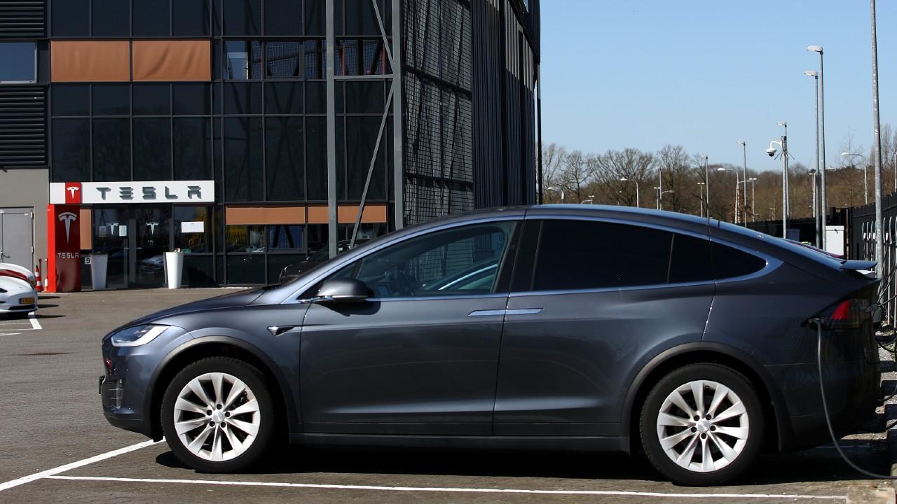 Mueren 2 personas en vehículo de Tesla en piloto automático