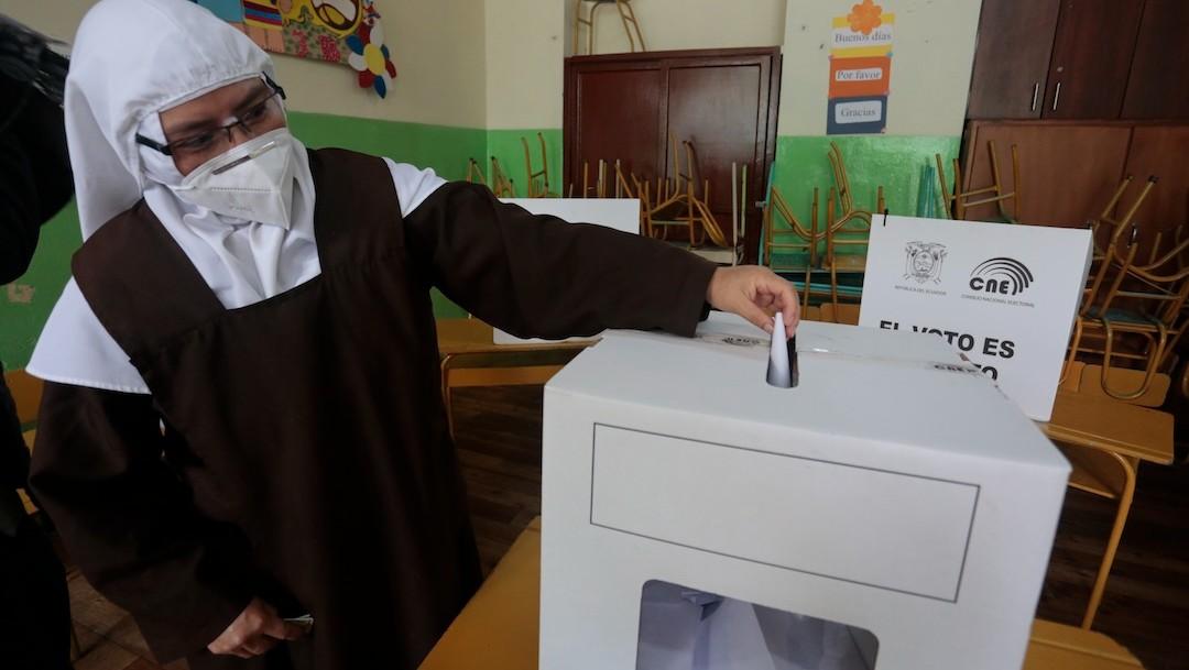 Una religiosa vota en segunda vuelta en elecciones presidenciales en Ecuador (EFE)