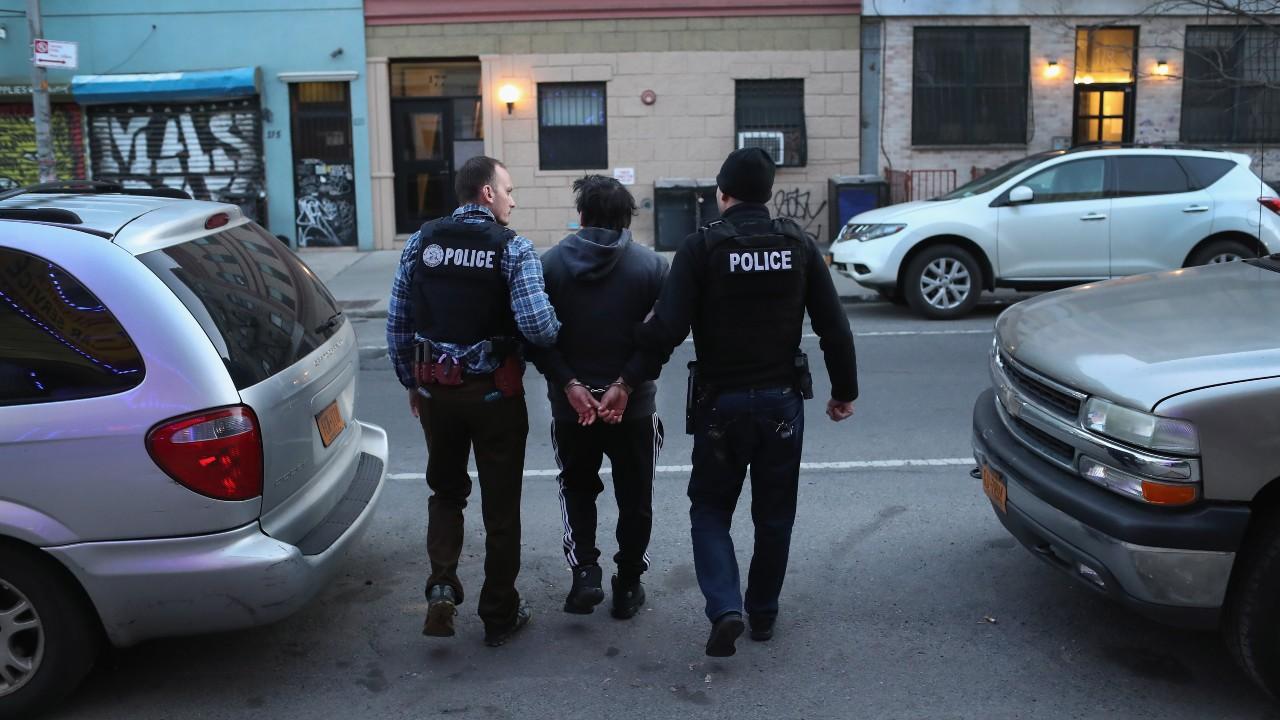 EEUU restringirá arrestos de inmigrantes en tribunales