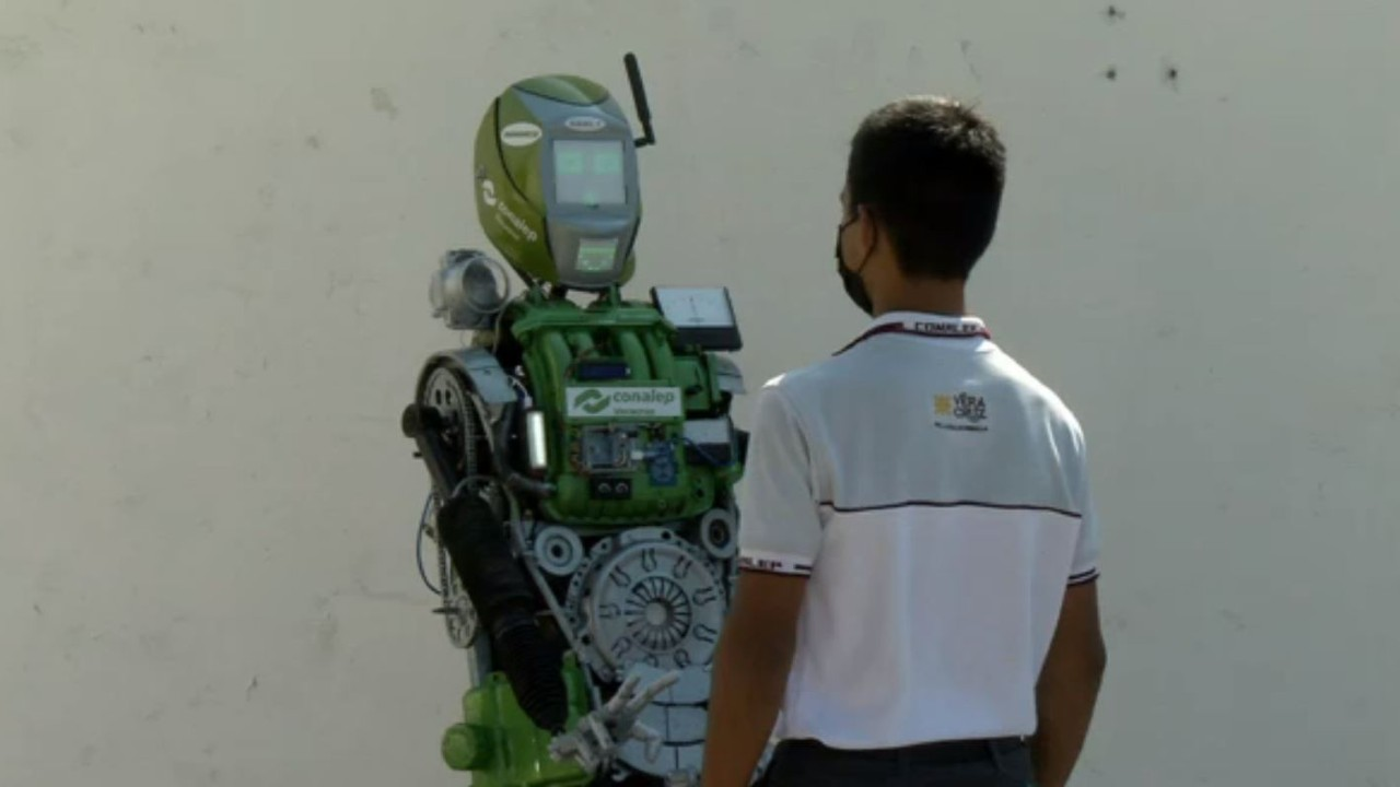 Estudiantes de Conalep de Veracruz crean robot que sigue protocolos sanitarios por COVID-19