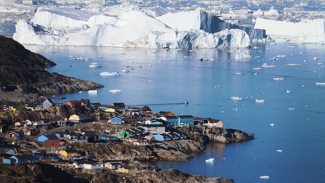 Pueblo de Ilulissat se ve cerca de los icebergs que se desprendieron en 2013 Groenlandia (Getty Images)