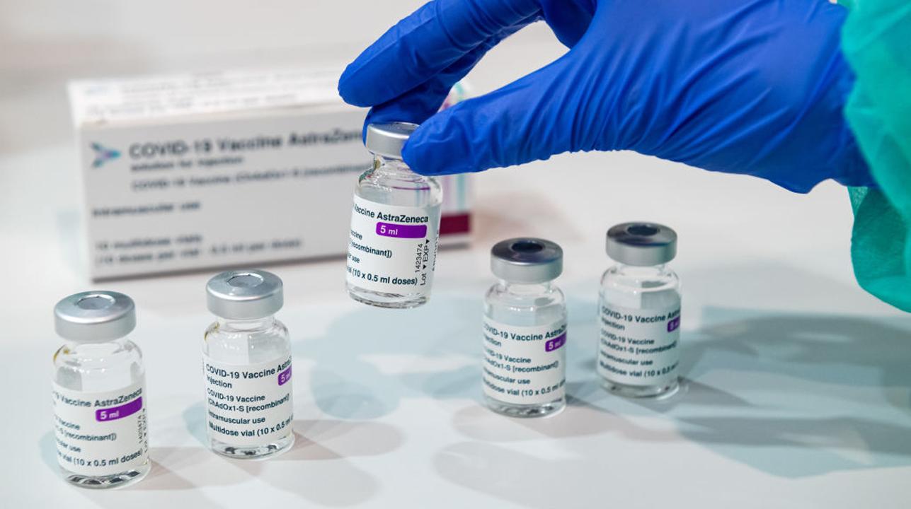 Hombre de 27 años muere tras recibir vacuna AstraZeneca..