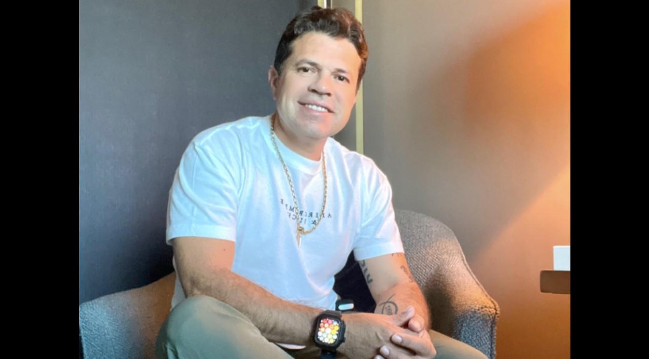 Para sobrevivir Jorge Medina vende comida a domicilio