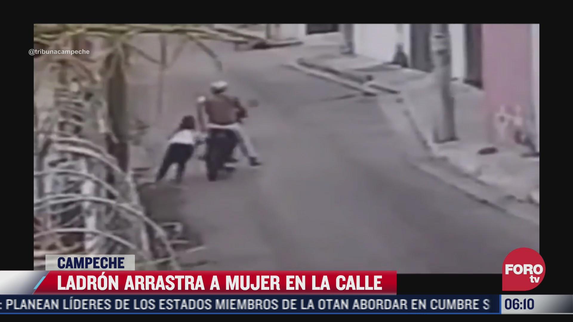 ladron arrastra a mujer para robarle su bolsa en calles de campeche