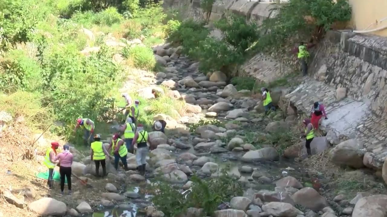 Limpian canales pluviales en Acapulco para evitar inundaciones